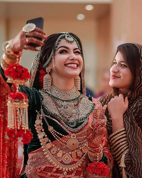 Cell-Phone-For those Quirky Bridal Selfies