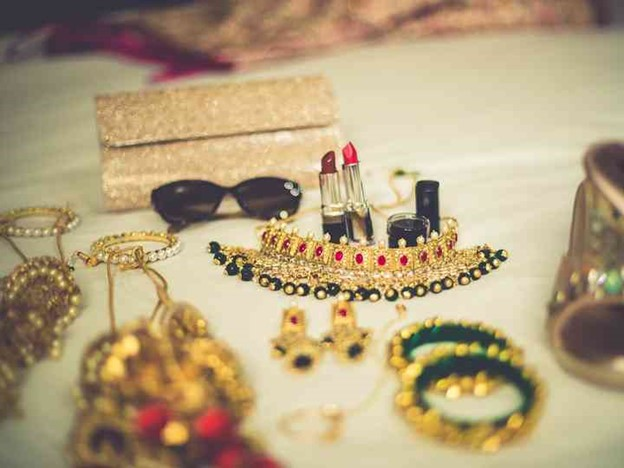 Items that you need in your stylish bridal clutch